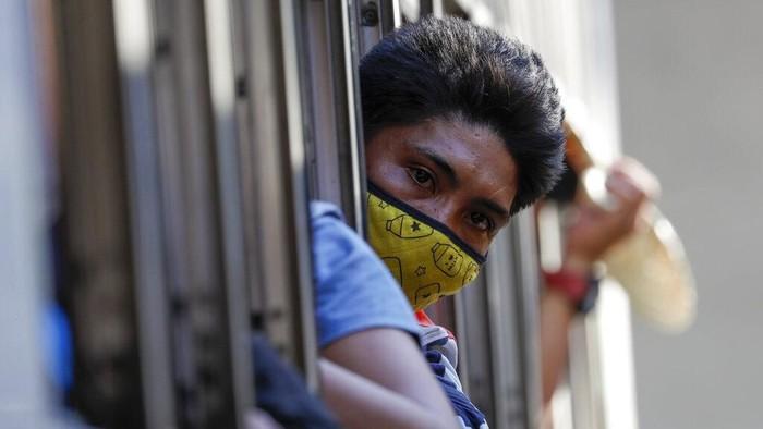 Presiden Filipina Rodrigo Duterte umumkan kebijakan lockdown di Manila. Terminal bus di kawasan itu pun ramai oleh warga jelang kawasan itu dikunci imbas corona