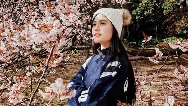 Tak hanya di dalam negeri, Zahra juga pernah traveling ke Negeri Sakura Jepang pertengahan Februari kemarin. Ia pun berpose dengan bunga sakura yang mulai mekar. Kawaii!! (@zahramell/Instagram)