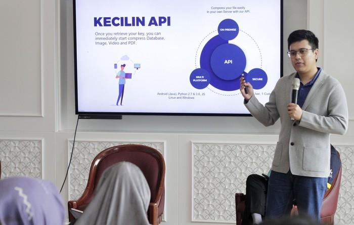 Pemenang Wirausaha Muda Mandiri (WMM) 2018 dan Founder Kecilin App Christopher Farrel memperkenalkan aplikasi penghemat kuota pertama di dunia untuk pengguna Android.