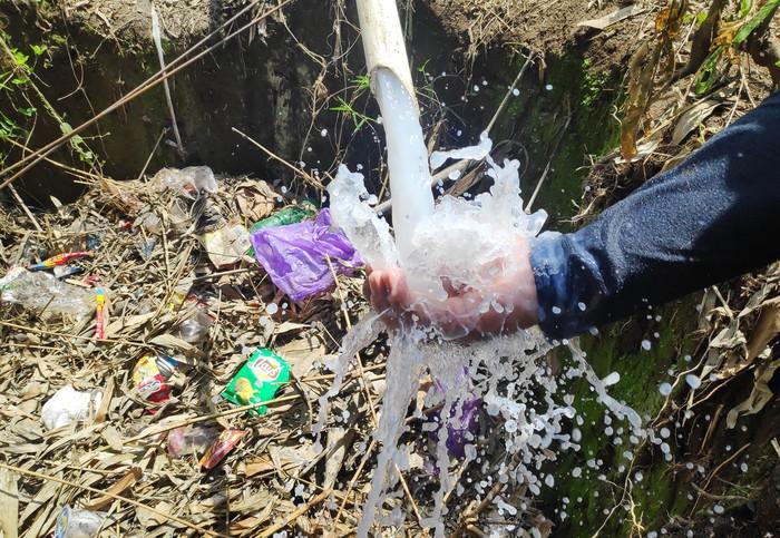Air sumur bor di Gowa, Sulawesi Selatan (Sulsel), viral di media sosial karena warnanya yang putih bersih seperti susu. Air dari sumur bor tersebut kini digunakan anak-anak untuk mandi.