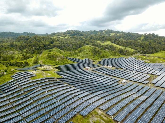 64.620 hamparan panel surya tersusun rapi di Desa Wineru, Sulawesi Utara. 'Ladang Matahari' tersebut Diklaim yang terbesar saat ini di Indonesia.