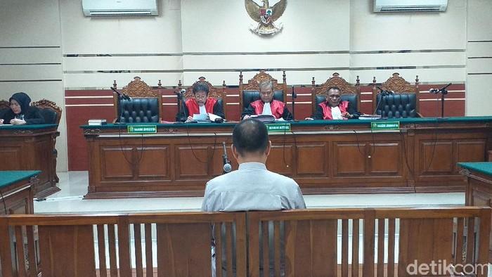 Darmawan, terdakwa kasus korupsi Jaring Aspirasi Masyarakat (Jasmas) DPRD Kota Surabaya divonis 2,5 tahun penjara. Hakim menilai, terdakwa terbukti melakukan korupsi bersama-sama.