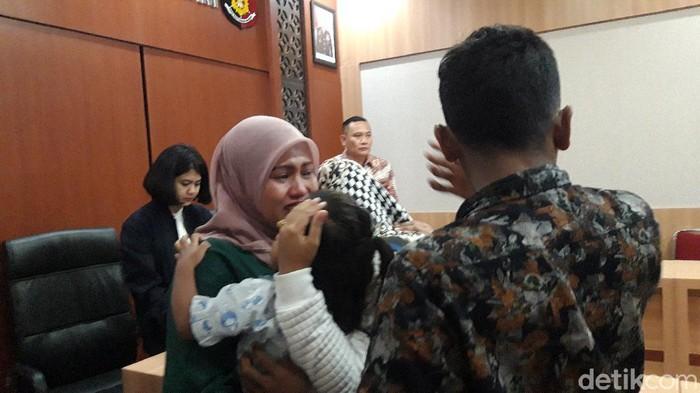 Isak tangis mengiringi penyerahan balita asal Malaysia ke ibu kandungnya. Sebelumnya, balita berusia 3 tahun itu diberitakan sebagai korban penculikan pasutri asal Pasuruan yang berkerja sebagai ART di rumah korban.