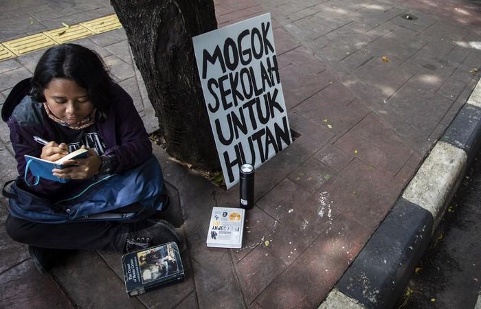 Seorang pelajar SMA menggelar aksi 'Mogok Sekolah Untuk Hutan' di depan Kementerian Lingkungan Hidup dan Kehutanan (KLHK), Jakarta, Jumat (13/3/2020).