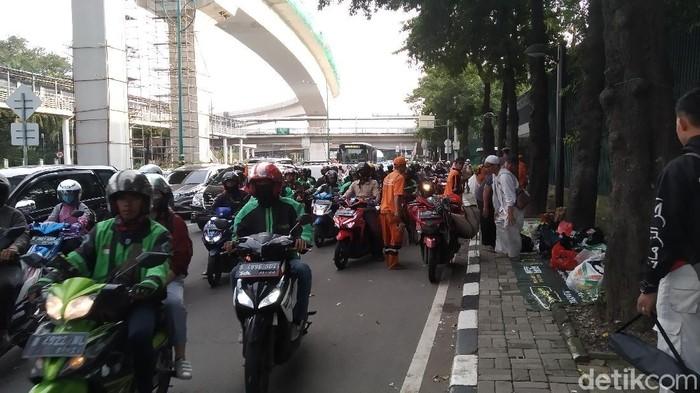 Lalu lintas di depan Kedubes India, Jalan Rasuna Said, Kuningan dibuka kembali.