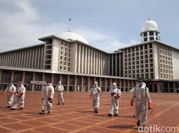 Masjid Istiqlal tak ketinggalan menyiapkan diri dalam rangka mencegah penyebaran virus corona. Ruangan di masjid itu pun disterilisasi oleh petugas.