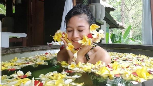 Lewat tugas barunya sebagai Duta Pariwisata Spa Indonesia, Zahra pun dituntut untuk memperkenalkan dunia spa Indonesia ke dalam dan luar negeri. Dimana Indonesia memiliki budaya spa tradisional yang menjadi kelebihan(@spa.indonesia/Instagram)