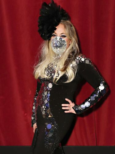 Mevvah, Artis Datang ke Pesta Pakai Masker N95 Bergaya 'Bola Disko'