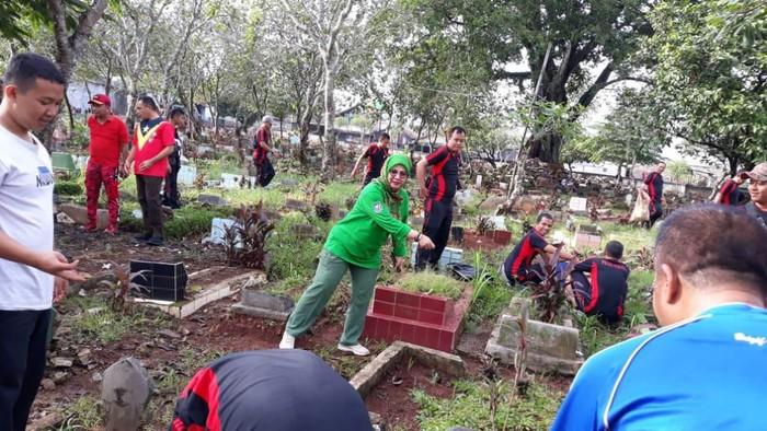 Satpol PP Depok bersih-bersih di kuburan viral karena dangdutan