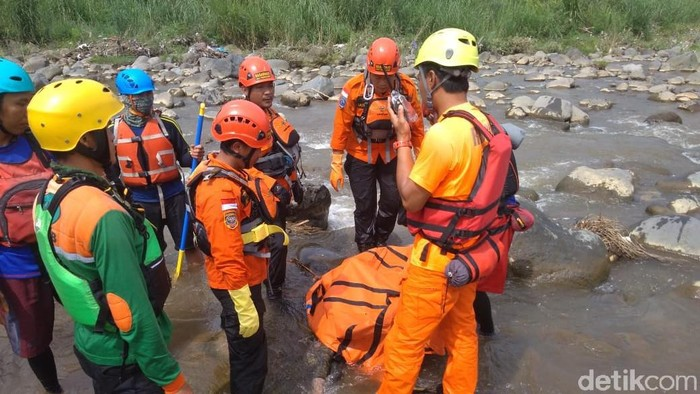 Proses evakuasi korban hanyut di Sungai Serayu