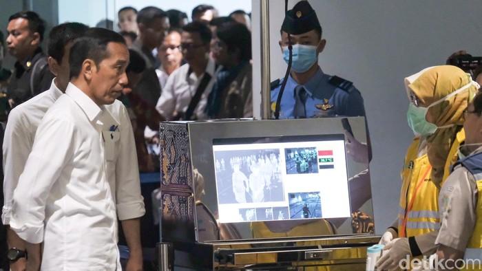 Presiden Jokowi mengecek fasilitas di Terminal 3 Bandara Soekarno-Hatta guna mencegah penyebaran virus corona COVID-19. Jokowi ikut dicek suhu tubuhnya.