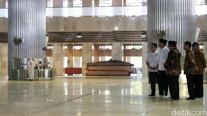 Presiden Jokowi melihat proses penyemprotan disinfektan di Masjid Istiqlal, Jakarta Pusat, dalam rangka pencegahan virus corona, Jumat (13/3/2020).