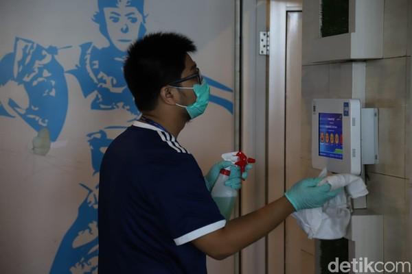 Pembersihan di fasilitas Bandara Ngurah Rai akan dilakukan satu kali dalam sehari. Petugas membersihkan area toilet (Foto: Angga Riza/detikcom)