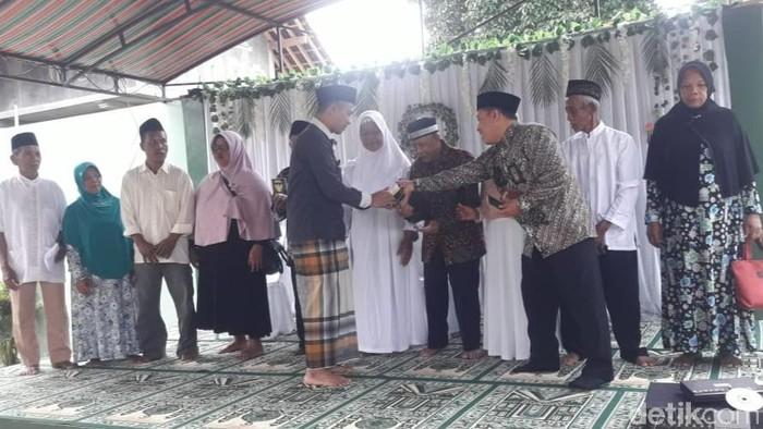 Nikah massal melalui isbat nikah gratis kembali digelar di Banyuwangi. Sebanyak 60 pasutri siri dari Kecamatan Sempu, Banyuwangi dinikahkan secara resmi.