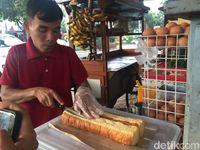 Roti John Isi Daging hingga Cokelat Pisang yang Laris di Kedai Ini
