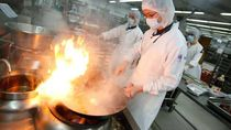 Melihat Kesibukan di Dalam Dapur Pesawat Terbesar di Dunia