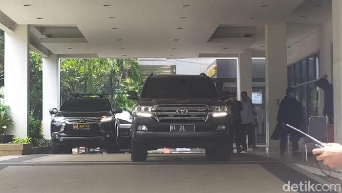 Mobil dinas Mendagri Tito Karnavian RI 21 di RSUP Persahabatan (Luqman Arunanta/detikcom)