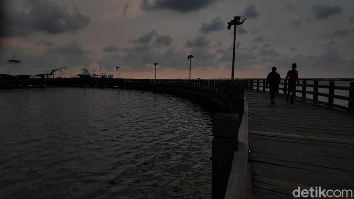Pantai Ancol menjadi salah satu destinasi wisata yang ditutup untuk menghalau penyebaran virus corona. Hal itu membuat pantai tersebut sepi pengunjung bak pantai perawan.