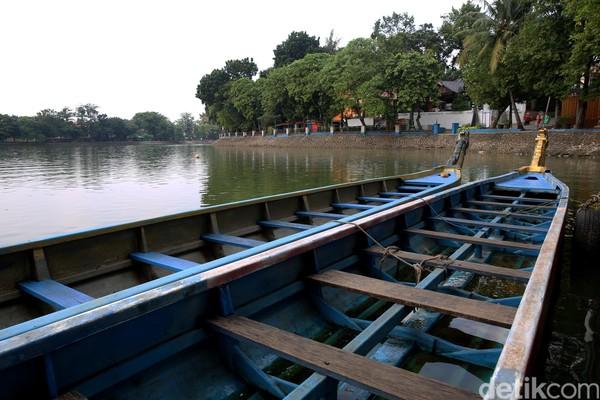 Perahu-perahu bersandar tanpa aktivitas.