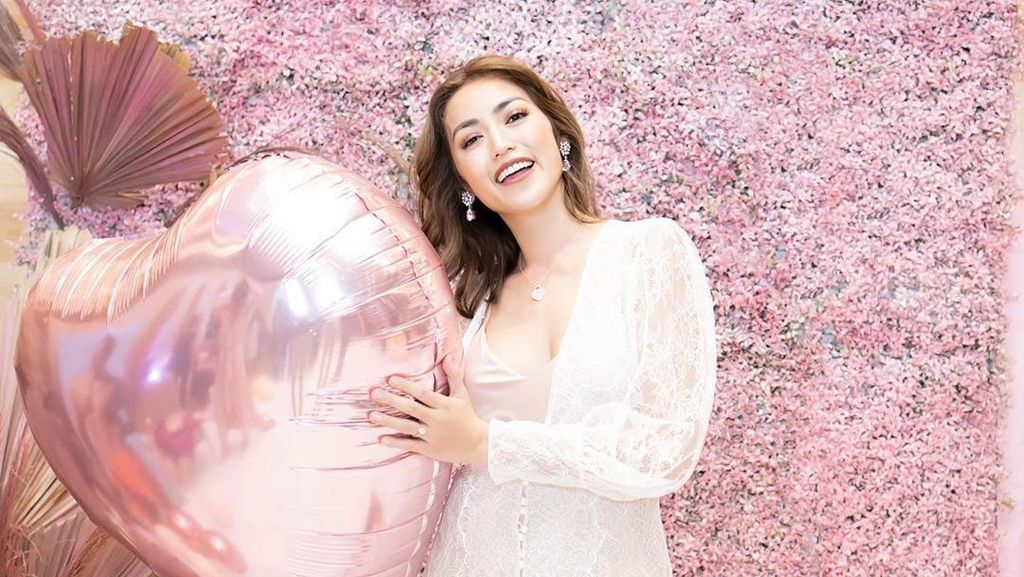 Pakai Baju Tidur, Intip Gaya Jessica Iskandar Bridal Shower Jelang Nikah