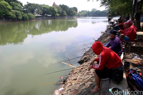 Meski ditutup, beberapa warga tetap beraktivitas seperti memancing.