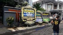 Karangan Bunga dari Kapolri-Kepala BIN Berjejer di Rumah Duka Kepala PPATK