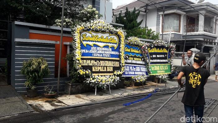 Karangan bunga dari Kapolri-Kepala BIN berjejer di rumah duka almarhum Kepala PPATK Kiagus Ahmad Badarudin