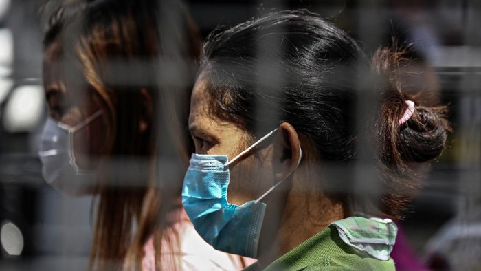 Women wear masks as a precautionary measure against the spread of COVID-19 coronavirus in Manila on March 13, 2020 (Photo by Maria TAN / AFP)