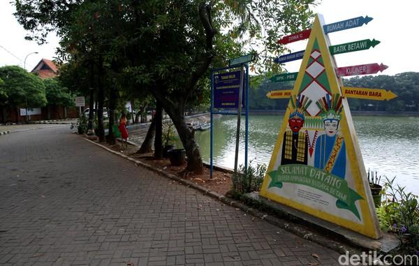 Di saat bersamaan, kebijakan untuk mencegah penyebaran virus Corona di DKI Jakarta itu pun kian memperburuk pariwisata yang tengah lesu.