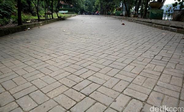 Jalan utama di dalam kawasan Setu Babakan terlihat sepi.