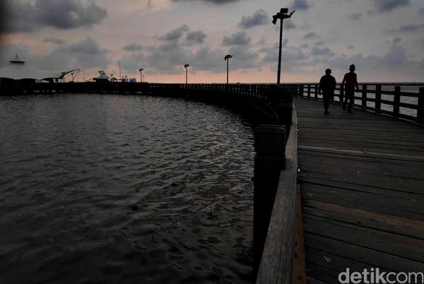 Ditutupnya pantai dimanfaatkan petugas untuk menyisir sekaligus membersihkan area yang jadi lokasi favorit warga untuk berkumpul. Pradita Utama/detikcom.