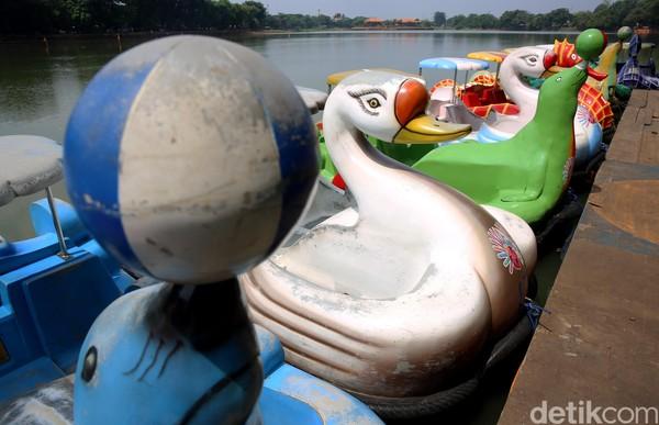 Salah satunya perahu bebek yang digunakan warga untuk berkeliling kawasan setu.