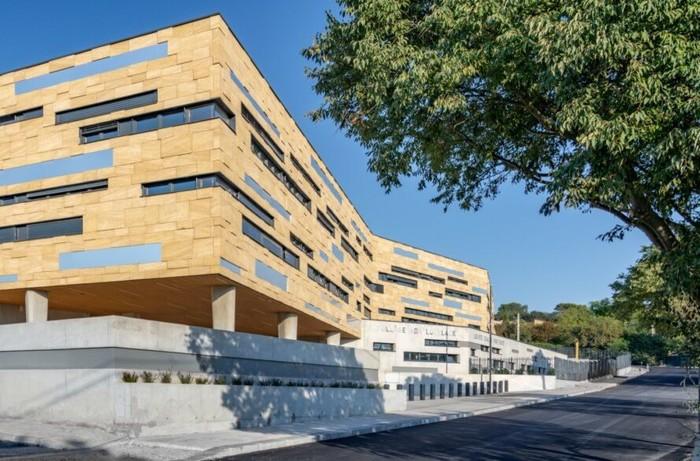Di Prancis tepatnya di kota Nîmes, ada sebuah sekolah clean enegry yang memakai energi matahari sebagai sumber listriknya.