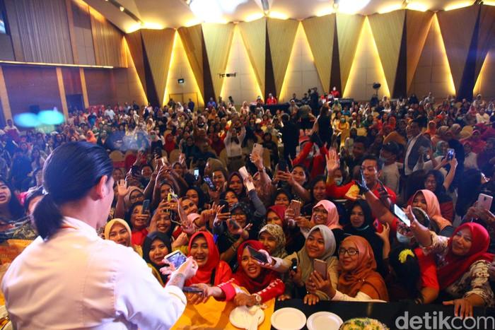 Ratusan emak-emak memadati lokasi demo memasak yang digelar di Hotel Ciputra, Jakarta Barat.