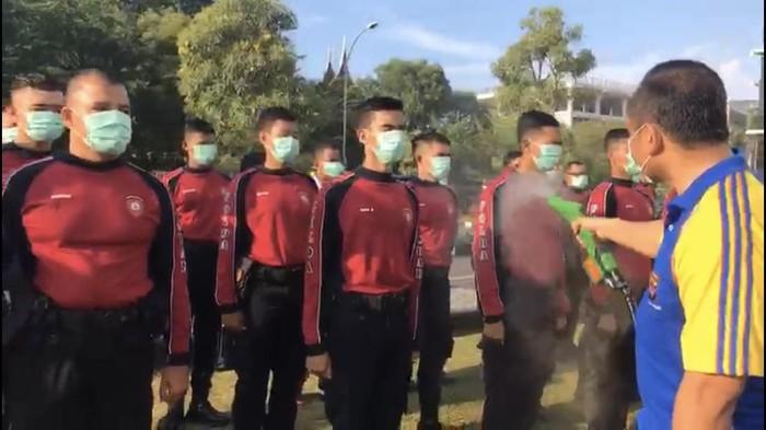 Cegah Corona, Anggota Polisi Polda Sumbar Disemprot Disinfektan