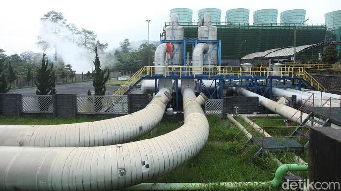 PLTP Kamojang yang berada di Garut merupakan pembangkit listrik yang mengandalkan tenaga panas bumi. PLTP ini disebut sebagai yang tertua lho di Indonesia.