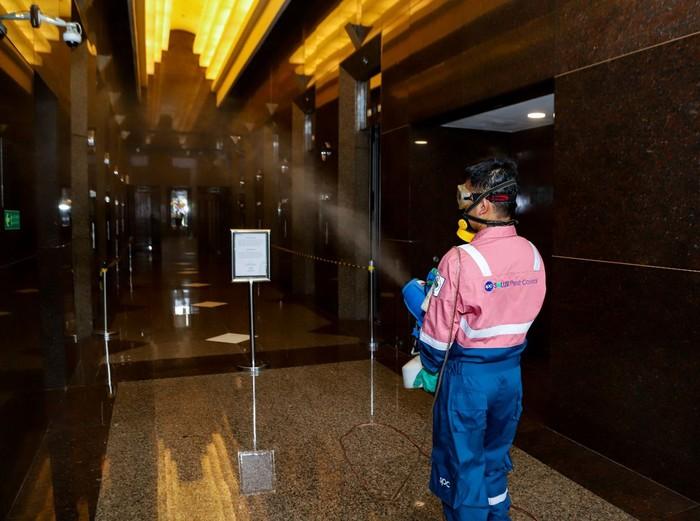 Seorang petugas tampak sedang melakukan penyemprotan disinfektan di Plaza BRI 1 dan 2 Kantor Pusat Bank BRI, Jakarta Pusat, Minggu (15/3). Aktifitas tersebut merupakan upaya BRI untuk memberikan perlindungan terhadap kesehatan dan keselematan para pekerja BRI.
