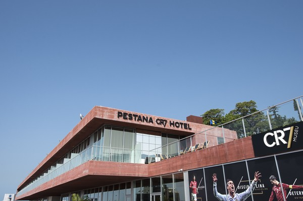 Pria yang akrab disebut CR7 ini dikabarkan akan mengalihfungsikan hotel mewahnya, Pestana CR7 untuk dijadikan rumah sakit khusus untuk pasien Corona.