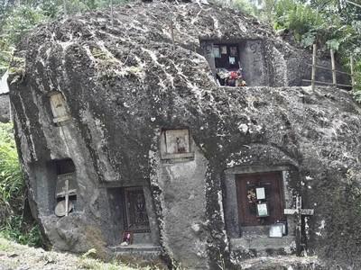 Keajaiban Tana Toraja, Makam Vertikal di Atas Tebing