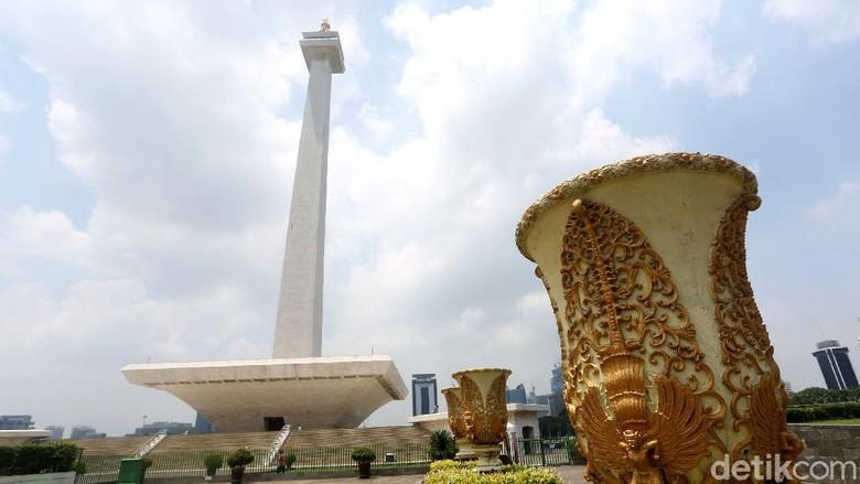 Monas jadi salah satu objek wisata yang ditutup guna cegah penyebaran corona di wilayah Jakarta. Yuk, lihat suasana di Monas yang kini sunyi dari pengunjung.