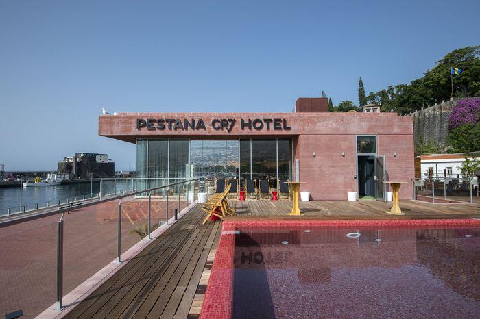 Christiano Ronaldo terkenal sebagai sosok yang dermawan. Belum lama ini ia dikabarkan mengubah hotel mewahnya menjadi rumah sakit khusus corona.