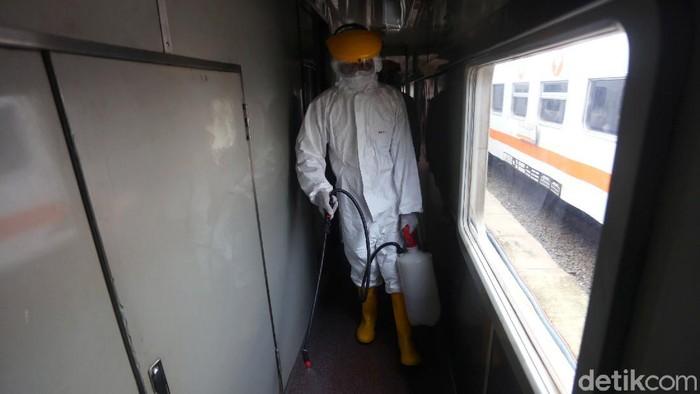 Gerbong kereta jarak jauh di Stasiun Pasar Senen turut disemprot disinfektan. Hal itu dilakukan sebagai upaya pencegahan penyebaran virus corona.