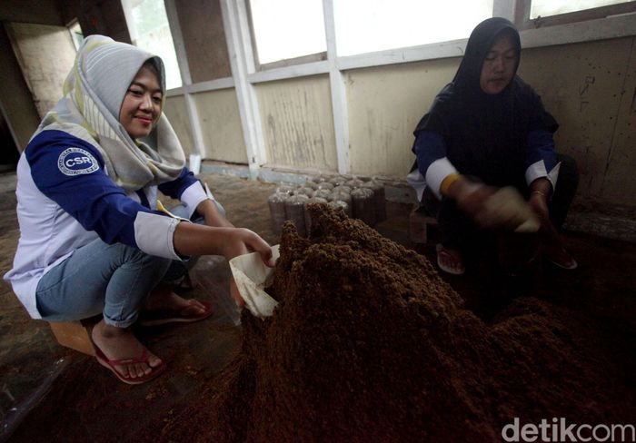 Dua orang warga tengah memproduksi keripik jamur yang berada di kawasan Kamojang, Jawa Barat.