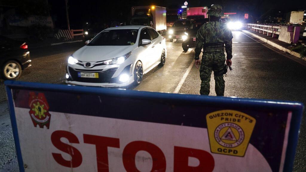 Polisi Filipina Ancam Hukum Cambuk Pelanggar Social Distancing Corona