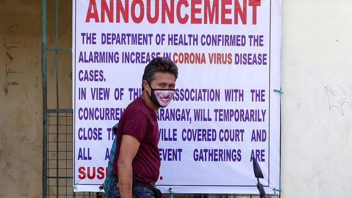 Ribuan polisi beserta tentara dikerahkan untuk amankan kawasan Manila yang mulai dikunci hari ini, Minggu (15/3). Lockdown dilakukan guna mencegah virus corona.
