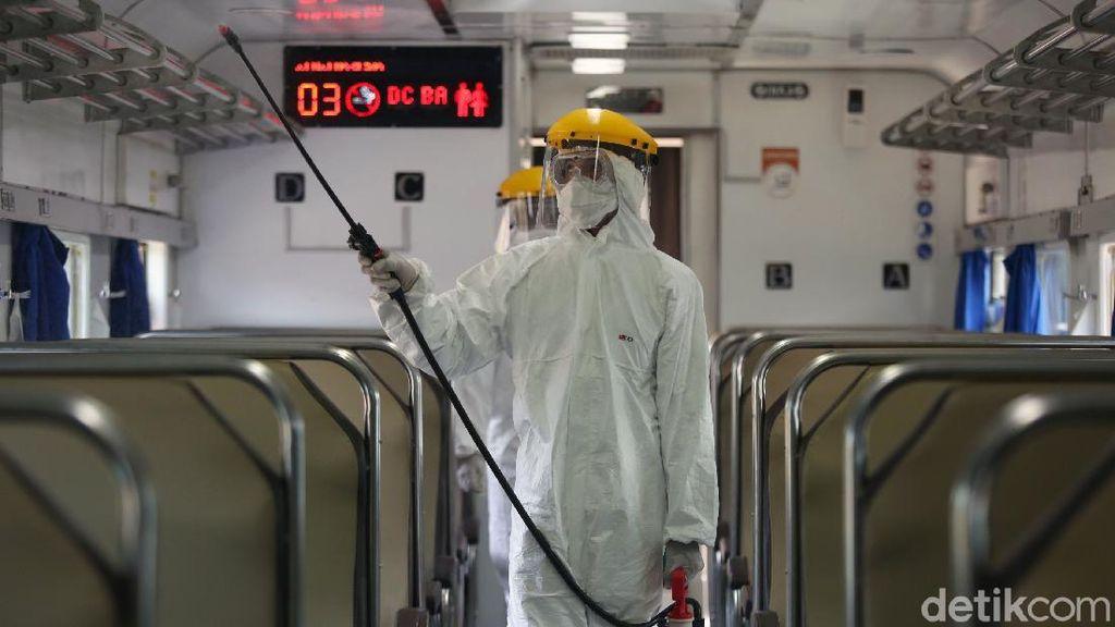 Gerbong Kereta di Stasiun Pasar Senen Disemprot Disinfektan