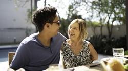 Kisah Wanita Dapat Pacar 28 Tahun Lebih Muda di Tinder, Sering Dikira Ibunya