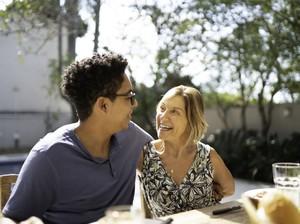Kisah Wanita yang Jatuh Cinta dengan Sahabat Anaknya, Beda 22 Tahun