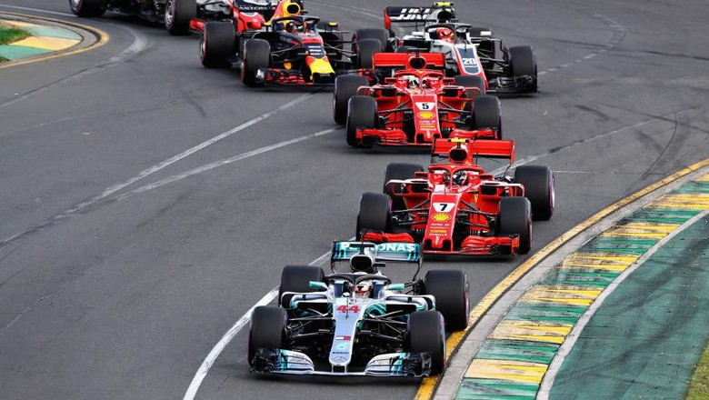 MELBOURNE, AUSTRALIA - MARCH 25: Lewis Hamilton of Great Britain driving the (44) Mercedes AMG Petronas F1 Team Mercedes WO9 leads Kimi Raikkonen of Finland driving the (7) Scuderia Ferrari SF71H , Sebastian Vettel of Germany driving the (5) Scuderia Ferrari SF71H and the rest of the field at the start during the Australian Formula One Grand Prix at Albert Park on March 25, 2018 in Melbourne, Australia.  (Photo by Mark Thompson/Getty Images)