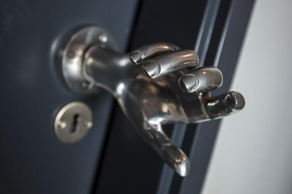 Gagang pintu kamar hotel ini pun unik lho. Gagang pintu kamar hotel Pestana CR7 Funchal tersebut diketahui merupakan cetakan tangan Christiano Ronaldo.